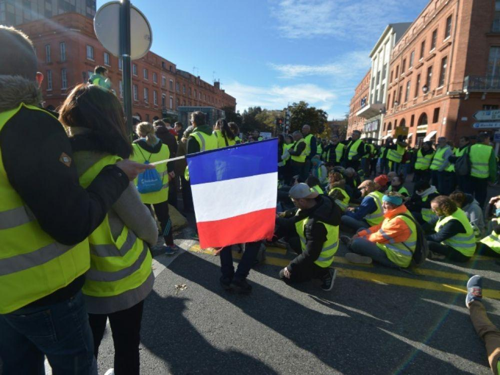 Why are the gilets jaunes in the street?